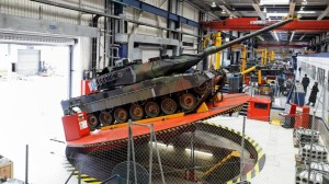 Leopard-II-Panzer-in-der-Fabrikhalle-der