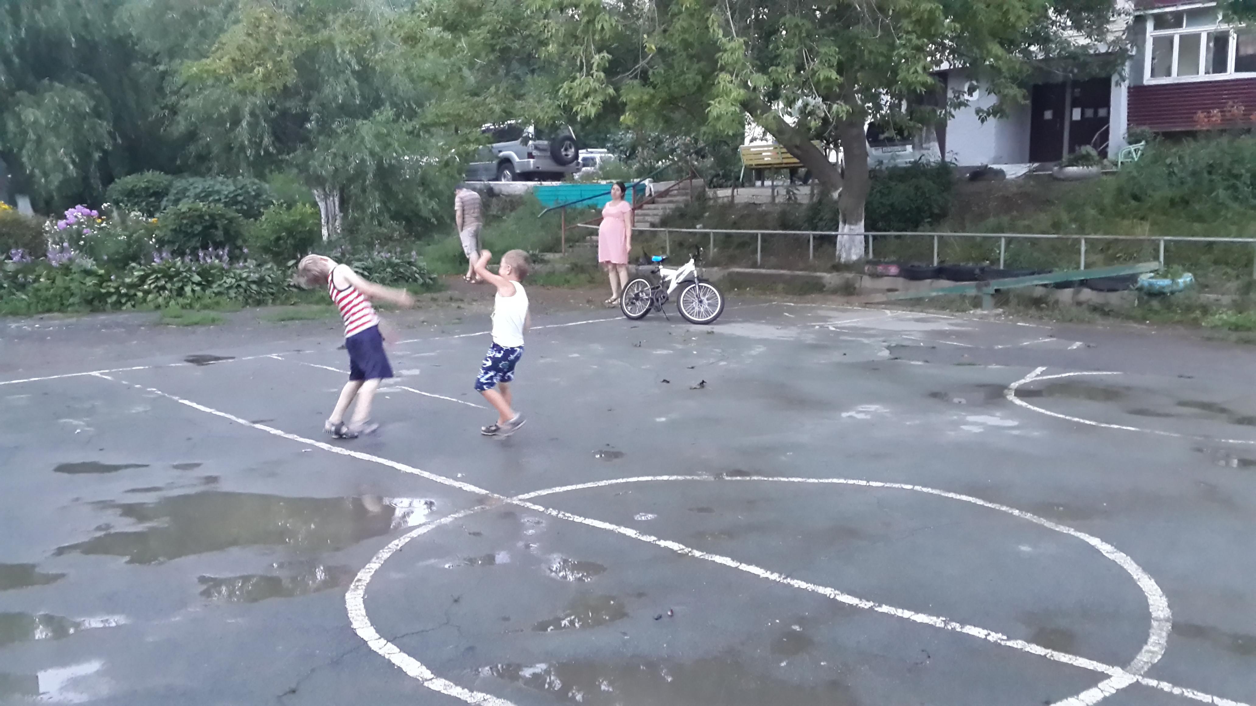 Мальчишки играют во дворе