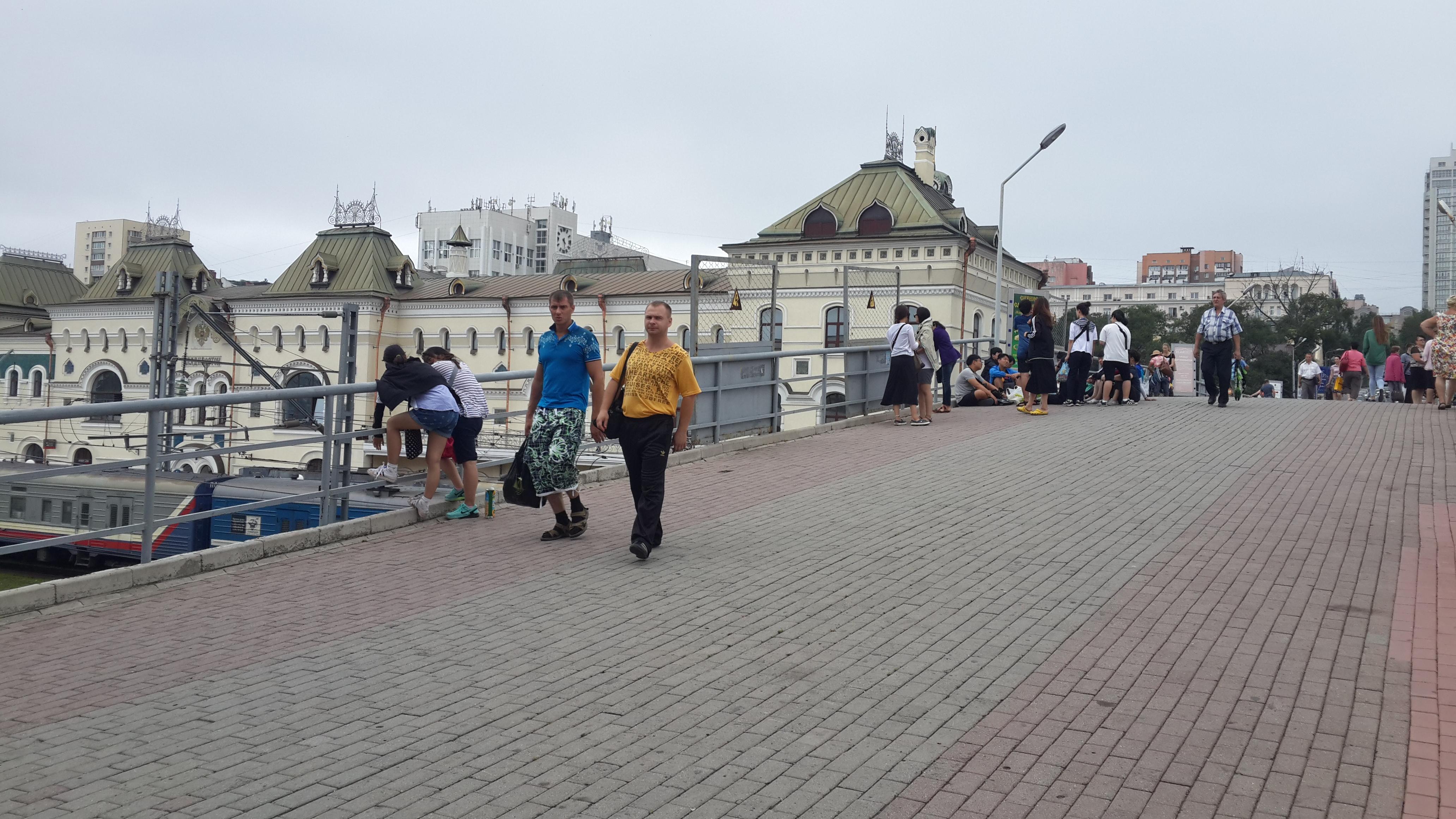 китайская молодёжь на мосту