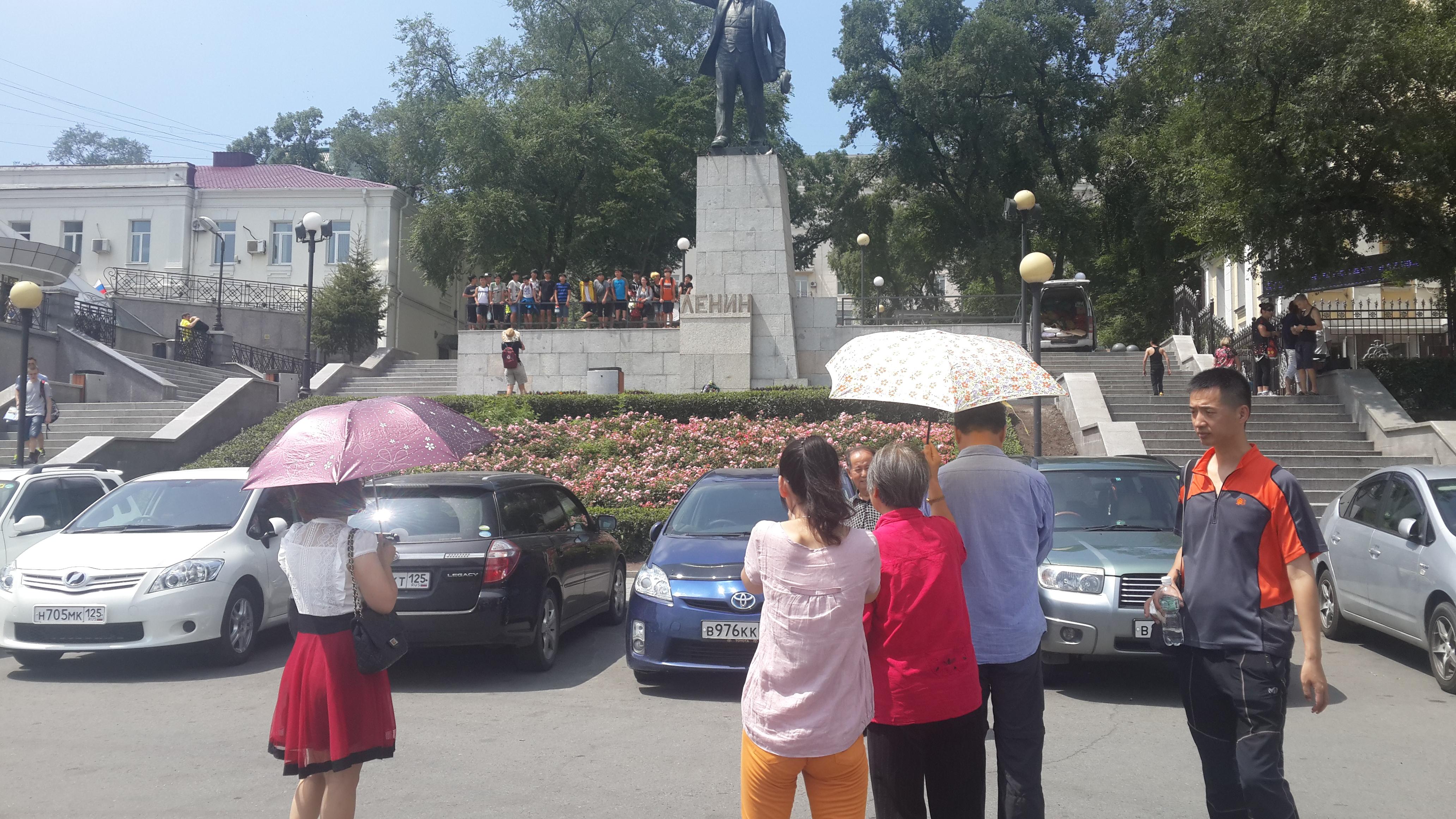 на фоне памятника