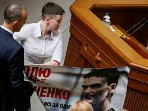 савченко срывает плакат